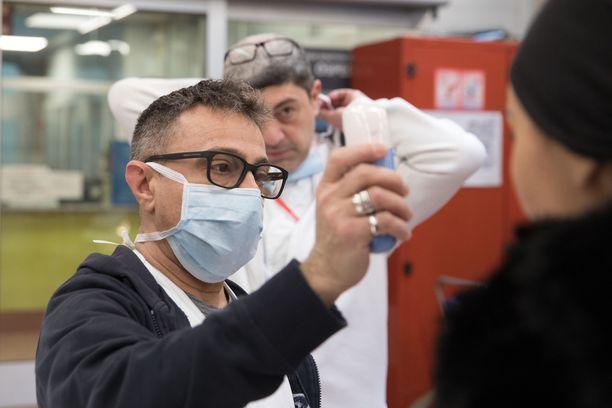 Brasiliassa on todettu ensimmäinen koronavirustapaus. Kuvituskuvassa mitataan ruumiinlämpötilaa sairaalassa Italian Torinossa 26.2.2020.