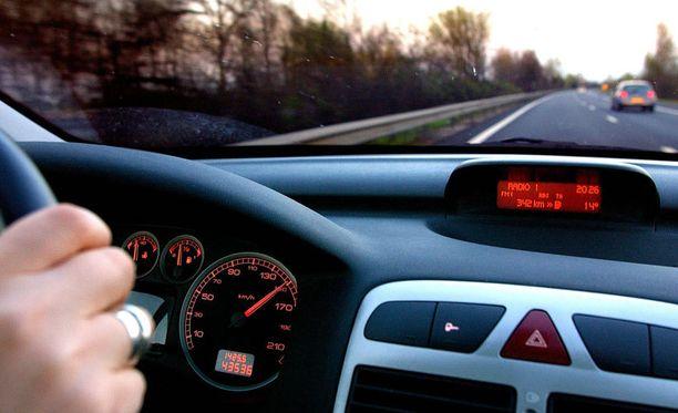 Naiset aiheuttavat vain joka kymmenennen kuolonkolarin. Useiden tutkimusten mukaan kovimpia riskinottajia liikenteessä ovat nuoret miehet.