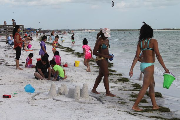 Amerikkalaiset hiekkarannat ovat elokuussa täynnä koululaisia.