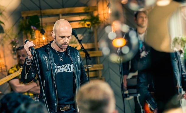 Juha Tapio kiinnostui Koneeseen kadonnut -kappaleen sanoituksesta.