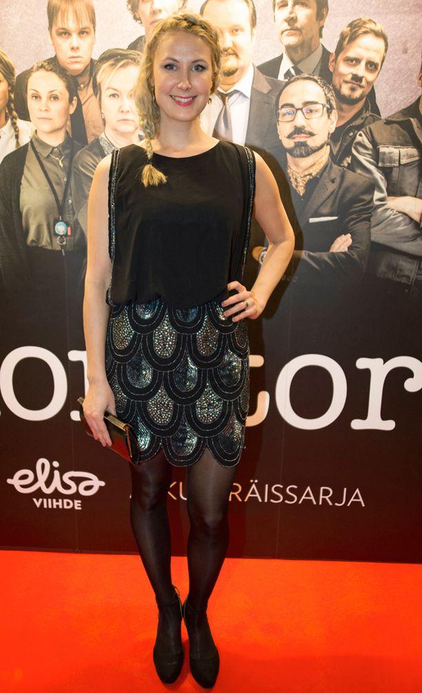 Linda Wiklund tähdittää Konttori-sarjaa.