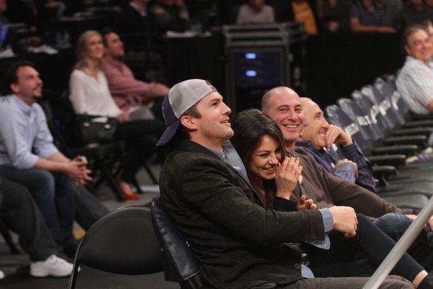 Ashton Kutcher ja Mila Kunis päätyivät pusuineen koripallomatsin screenille.