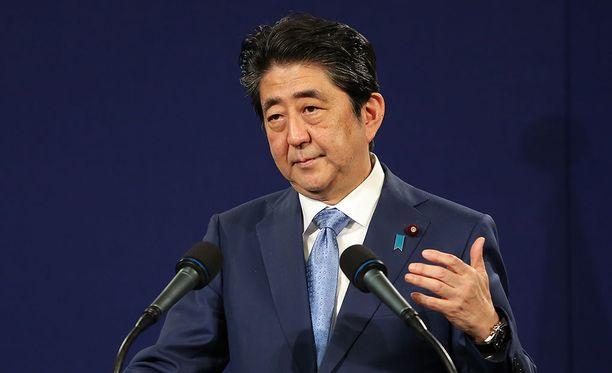 Japanin pääministeri Shinzo Abe on kasvattanut kansansuosiotaan kotimaassaan Pohjois-Korean kiihdytettyä aseuhitteluaan.