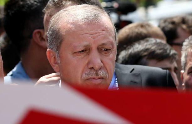 Turkin presidentti Recep Tayyip Erdoğan vieraili sunnuntaina vallankaappausyrityksessä menehtyneiden hautajaistilaisuudessa.