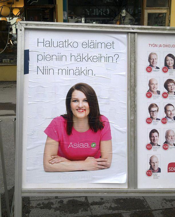 Kiviniemen vaalimainos sabotoitiin Lasipalatsilla Helsingissä.