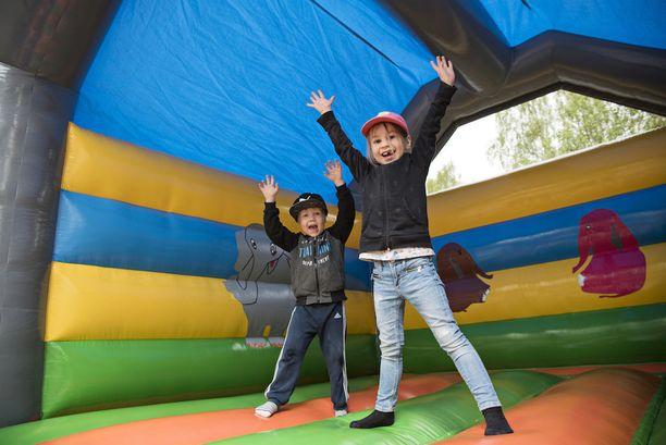 Pomppulinnassa Iines Laurila, 6, ja Eino Leinikka, 4, antoivat ilolla kaikkensa.
