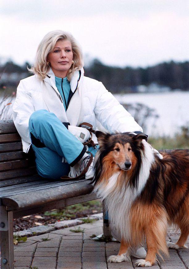 Eläinrakkaalla naisella on ollut elämänsä aikana useita koiria. Vuonna 2001 lenkkikaverina oli lassie.