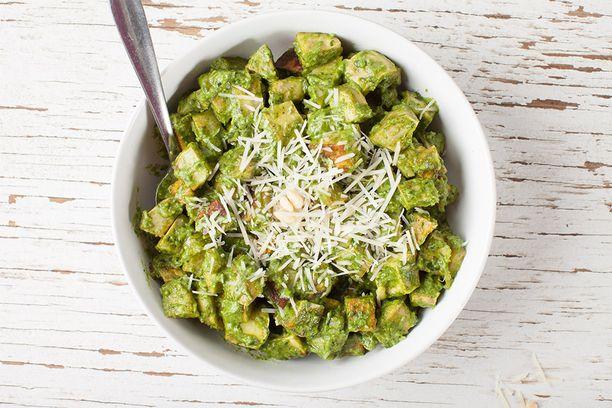 Pesto nautitaan yleensä pastan kanssa, mutta se sopii hyvin myös perunasalaattiin.