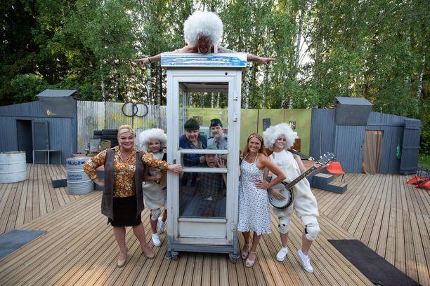 Tankki täyteen -sarjan juonenkäänteille nauroi aikoinaan puoli Suomea. Nyt teatterikansa viihtyy Tankki täyteen 2 - Maallamuuttajat -näytelmän parissa Tuusulan Krapilla.