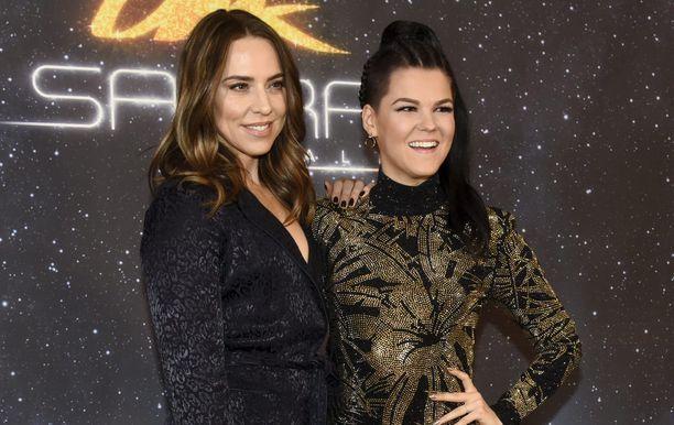 Saara Aalto kuvassa Spice Girls -yhtyeen Mel C:n kanssa.