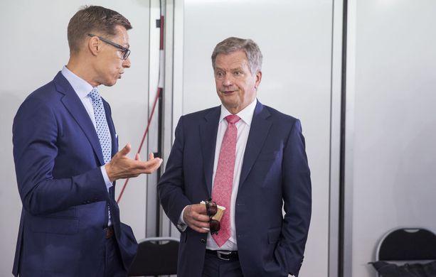 Tasavallan presidentti Sauli Niinistö kuunteli vuoden 2016 Kultaranta-keskusteluissa silloisen valtiovarainministeri Alexander Stubbin (kok) juttuja.