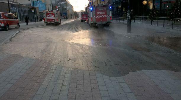 Vesi valui kadulle.