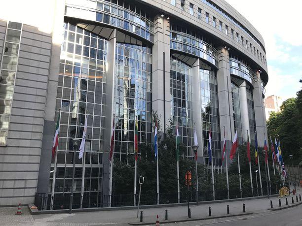 Euroopan komissio ja parlamentti ovat komentaneet koronaviruksen riskialueilla käyneet työntekijät jäämään etätöihin kotiin ja mittaamaan kuumeen kahdesti päivässä seuraavan kahden viikon ajan.