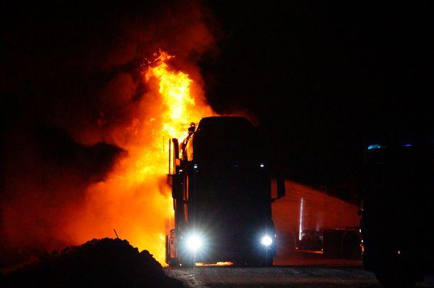 Päivystävän palomestarin mukaan kyydissä oli seitsemän autoa, joista viisi paloi.