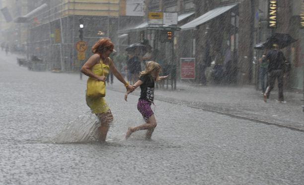 Vuoden 2010 heinäkuussa helteet puhkesivat hurjiksi rankkasateiksi Helsingissä. Aleksanterinkadulla vettä oli nilkkoihin asti.