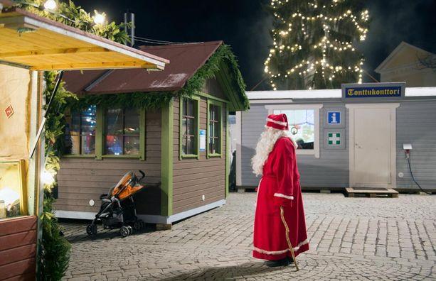 Arkistokuva, jossa on joulupukki Tampereen Joulutorilla vuonna 2014. Psykologiliiton puheenjohtaja Annarilla Ahtola muistuttaa, että suurin osa asioista saa merkityksensä vanhempien ja lasten välisessä suhteessa.