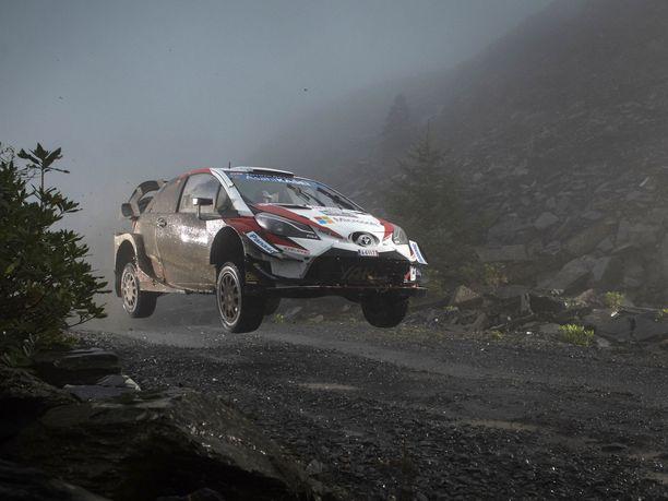Toyotan Yaris WRC tuntuu istuvan Ison-Britannian sorateille. Kuvassa autoa lennättää Jari-Matti Latvala.