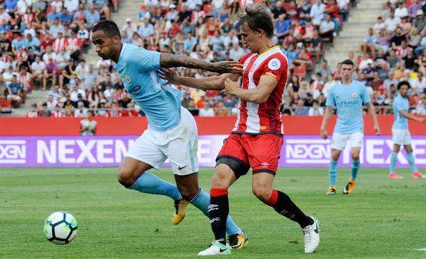 Manchester Cityn Danilo Da Silva ja Gironan Marc Muniesa taistelivat pallosta ystävyysottelussa.