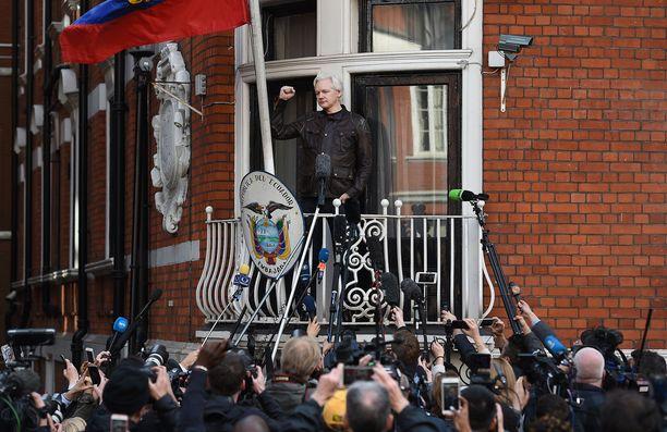 Julian Assange puhumassa toimittajille Ecuadorin Lontoon lähetystön parvekkeelta toukokuussa 2017. Jos hän astuu lähetystöstä ulos, hänet pidätetään välittömästi.
