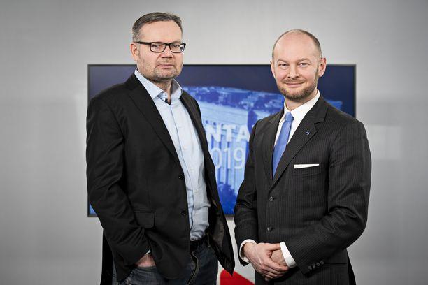 Iltalahden politiikan toimittaja Mika Koskinen grillasi sinisten puheenjohtajaa Sampo Terhoa Iltalehden Riisutussa puoluetentissä perjantaina 5. huhtikuuta.