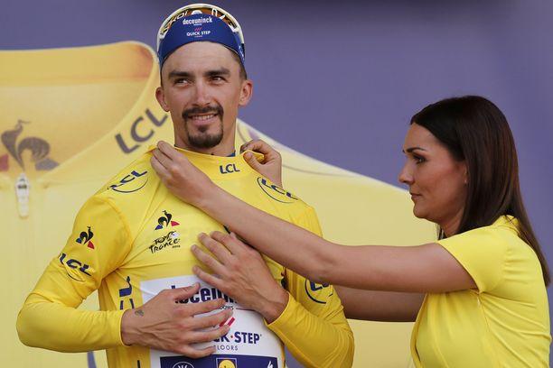 Julian Alaphilippe pitää hallussaan keltaista liiviä kymmenen etapin jälkeen.