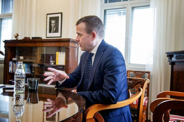 Valtiovarainministeri Petteri Orpo sanoi Financial Timesille, että Suomessa on kymmeniä tuhansia vapaita työpaikkoja ja nyt on etsittävä kannusteita työn tekemiseen. Nykyinen systeemi on Orpon mukaan passivoiva.