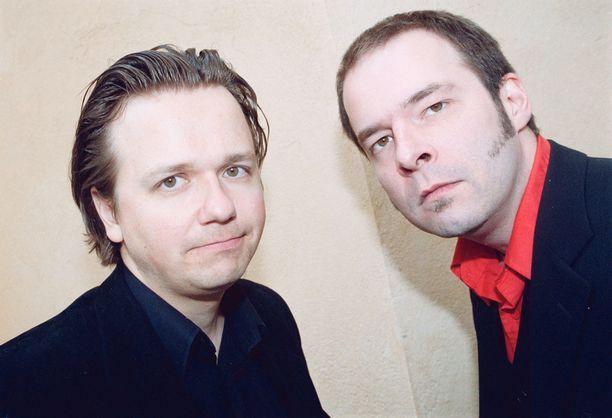 Vuonna 2000 Yrjänä poseerasi yhtyeen kitaristin Janne Halmkronan kanssa.