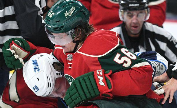 Patrik Laine pääsi Erik Haulan syleilyyn NHL:n harjoituskaudella ottelussa Minnesotaa vastaan.