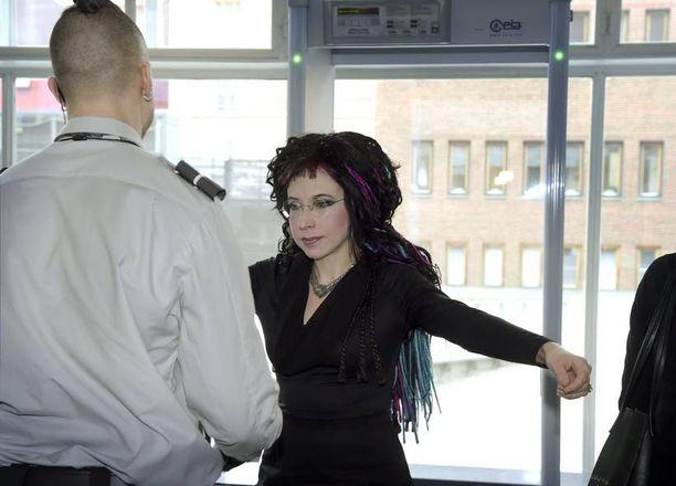 Kirjailija Sofi Oksanen joutui Helsingin käräjäoikeudessa talon tapojen mukaisesti ensin turvatarkastukseen.