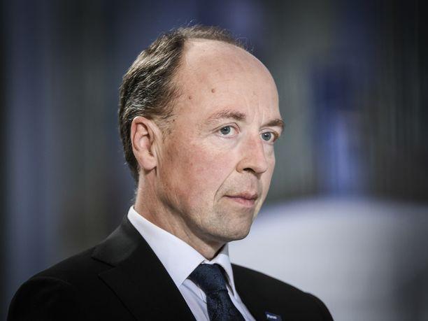 Perussuomalaisten puheenjohtaja Jussi Halla-aho joutui sunnuntaina keskustalaisten hampaisiin.