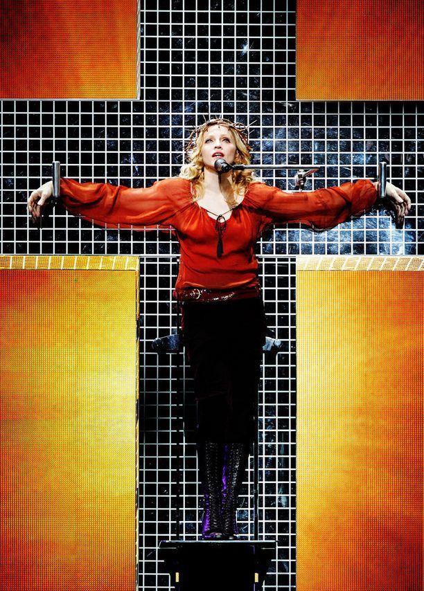 Vuoden 2006 Confessions-kiertueella Madonna roikkui ristillä.