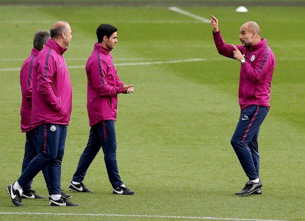 Pep Guardiola (oik) ohjasi valmennusryhmäänsä maanantain harjoituksissa.