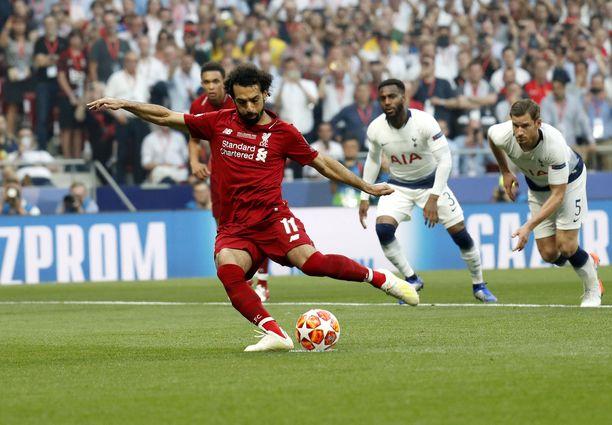 Mohamed Salah vei Liverpoolin johtoon ensimmäisen minuutin rankkarilla.