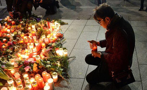 Rekkaiskun lähialueet ovat täyttyneet kukista ja kynttilöistä.
