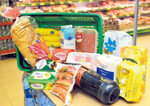 RUOKAKORI. Tällaiset ruokatarpeet kasattiin kaupoissa neljässä eri maassa. Osa tuotteiden merkeistä vaihteli eri maissa.