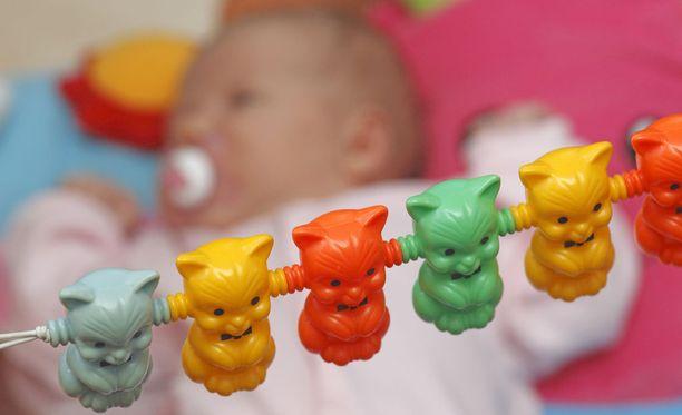 Jopa pieniä vauvoja on jätetty yksin kotiin pitkiksi ajoiksi. Merkittävä osa heitteillejättötapauksista jää viranomaisilta pimentoon. Kuvituskuva.