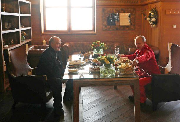 Laskettelun jälkeen Putin ja Lukashenka illastivat hiihtokeskuksessa.