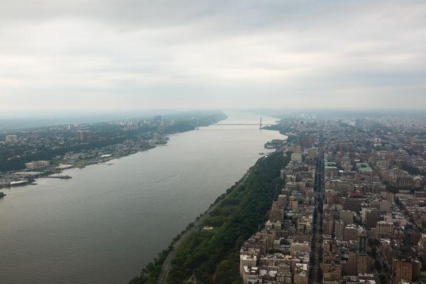 Hudson-joki kulkee New Yorkin halki. Etualalla Riverside Park, jonka kyljestä naiset löydettiin ja taustalla George Washington Bridge, jolta hypänneiden ihmisten ruumiit usein huuhtoutuvat Riversideen.