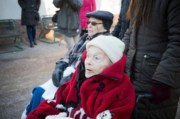Helga Hammar muistaa hevoset lapsuudestaan saakka. Hänen tyttärensä omistaa kolme ratsua.