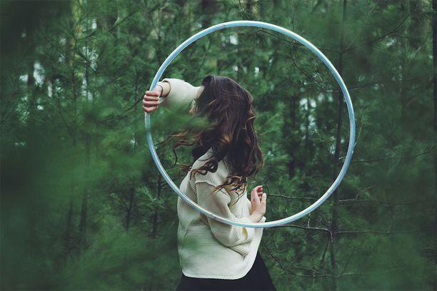 Huvittelu on nyt sallittua. Kokeile vaikka hulavanteella leikkimistä: se on hyvää treeniä keskivartalolle, mutta ennen kaikkea hauskaa!