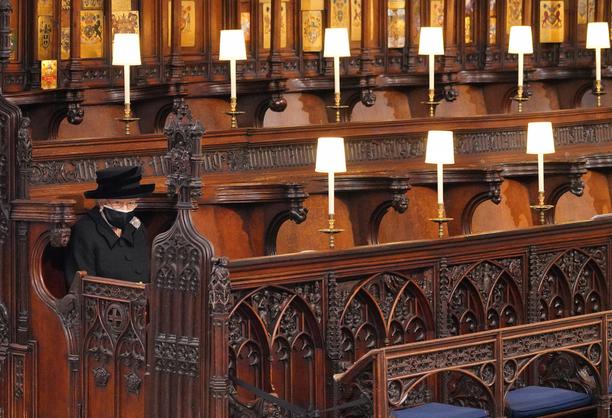 Kuningatar Elisabet istui yksin kirkon etummaisessa nurkassa miehensä prinssi Philipin hautajaisissa.
