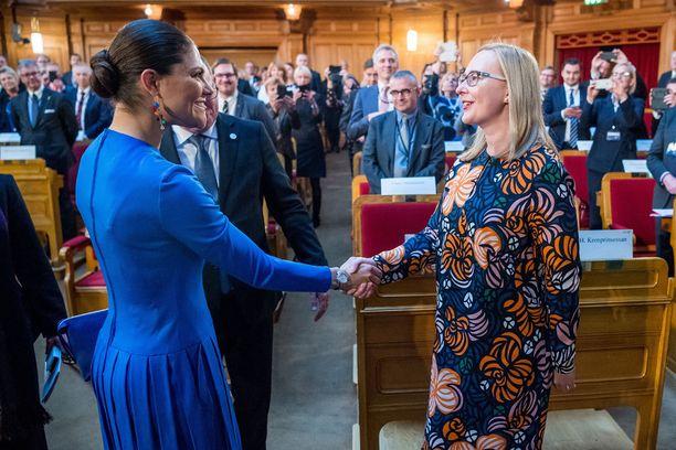 Kruununprinsessa Victoria kätteli tilaisuuden alussa Suomen eduskunnan puhemies Maria Lohelan.