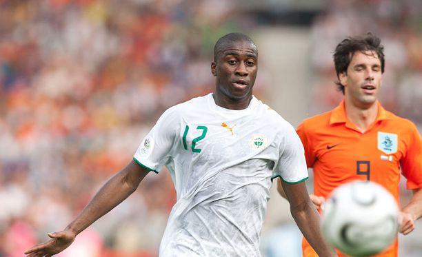 Vuoden 2006 MM-kisoissa Abdoulaye Meite (vasemmalla) kamppaili Hollannin Ruud Van Nistelrooyn kanssa.