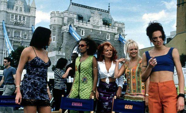 Spice Girls -yhtye vuonna 1997. Vasemmalta oikealle, Victoria Beckham (Posh Spice), Melanie Brown (Scary Spice), Geri Halliwell (Ginger Spice), Emma Bunton (Baby Spice) ja Melanie Chisholm (Sporty Spice).