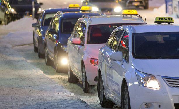 Taksit odottavat ruuhkia perjantaille. Kuvituskuva.