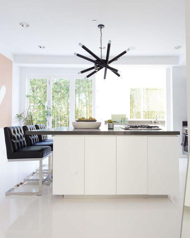 Keittiön keskipisteenä on näyttävä lamppu.