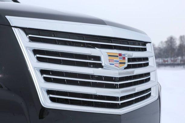 Röyhkeän näköistä kromimaskia koristaa aito Cadillacin tunnus.