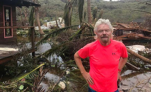 Richard Branson pahoin tuhoutuneella Necker-saarella Brittiläisillä neitsytsaarilla.