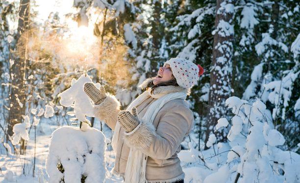 Etelään saattaa maanantaina sataa jopa 10 senttiä lunta. Lapissa lämpötilat tippuvat yleisesti jopa 20 pakkasasteeseen.