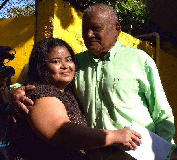 Figueroa isänsä kanssa vankilan ulkopuolella vapautumisensa jälkeen.